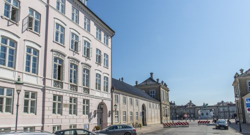 1197 – Rarely offered luxury apartment with the royal family as neighbor