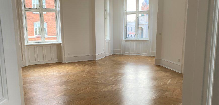 1628 – Ekstraordinær seksværelses lejlighed midt på Østerbrogade